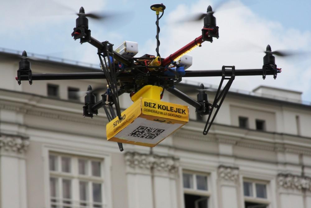Dron High Flyers dostarcza paczkę do paczkomatu